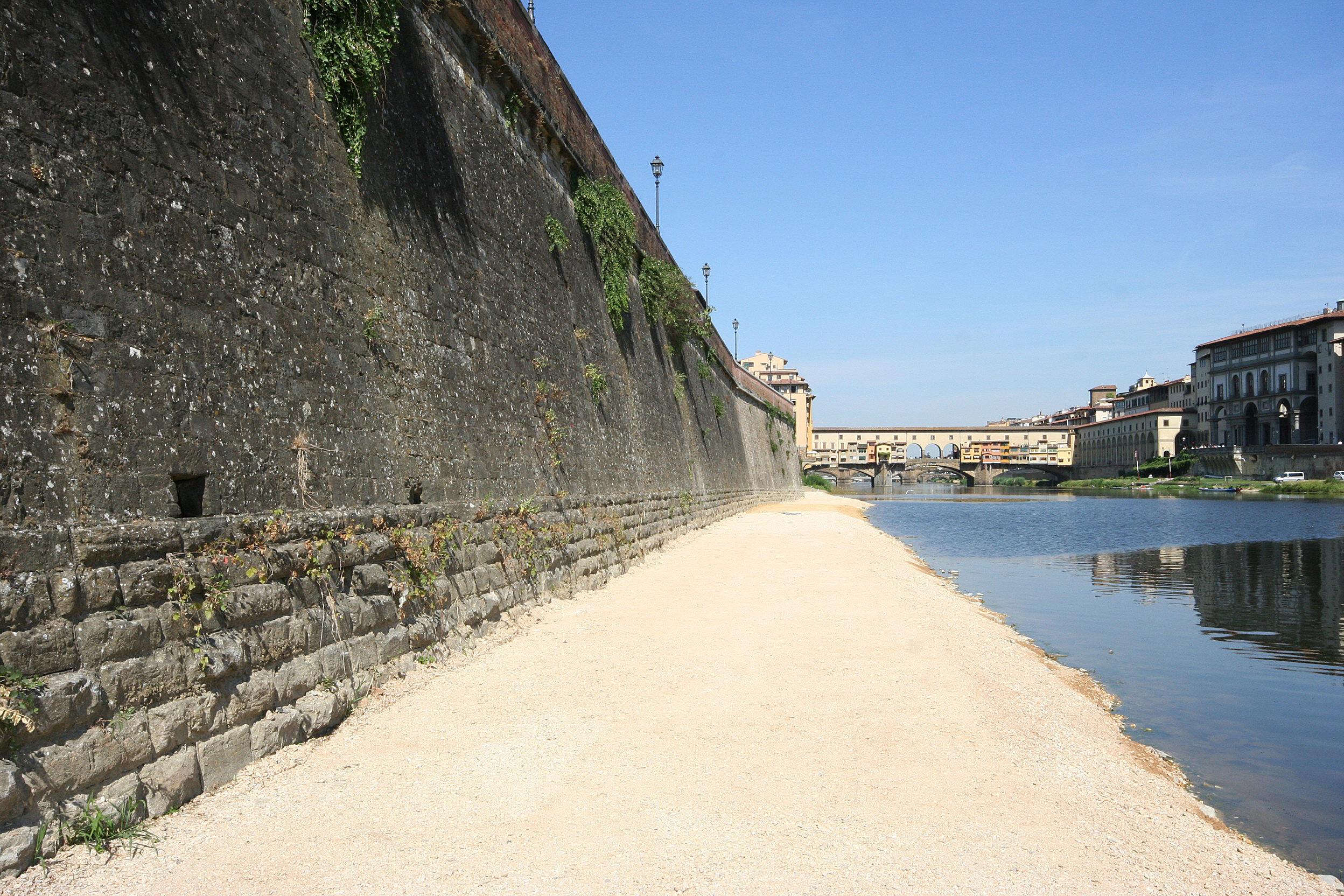 Ponte Vecchio dalle rive del fiume a Firenze, Toscana